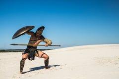 El guerrero espartano va debajo del escudo Fotos de archivo libres de regalías