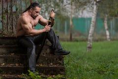 El guerrero está rogando para ninguna lucha de la espada Imagen de archivo libre de regalías