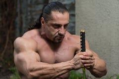 El guerrero está rogando para ninguna lucha de la espada Imagenes de archivo