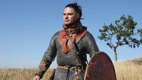 El guerrero Viking lanza una lanza en la batalla Preparación para la batalla almacen de video