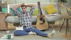 El guitarrista creativo joven del hombre está experimentando una crisis creativa en songwriting almacen de video