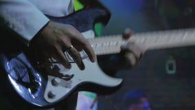 El guitarrista irreconocible toca la guitarra en el concierto de rock almacen de metraje de vídeo