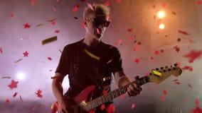 El guitarrista se realiza en etapa Luz de la etapa, humo Desde arriba de confeti de oro de la caída almacen de video