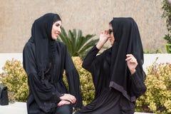 El hablar árabe de dos mujeres imágenes de archivo libres de regalías