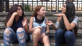 El hablar adolescente de las muchachas Foto de archivo
