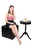 El hablar adolescente en el teléfono pasado de moda Fotos de archivo libres de regalías