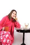 El hablar adolescente en el teléfono pasado de moda Fotos de archivo