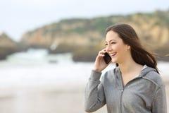 El hablar adolescente feliz en el teléfono Imágenes de archivo libres de regalías