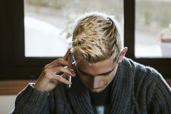 El hablar adolescente joven por el teléfono Imágenes de archivo libres de regalías