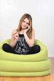 El hablar adolescente lindo en el teléfono móvil Imagenes de archivo