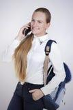 El hablar adolescente sonriente de la muchacha en el teléfono móvil Foto de archivo libre de regalías