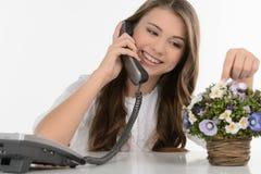 El hablar con el amigo. Adolescente alegre que habla en el teléfono y Imagenes de archivo