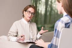 El hablar con el paciente Imagenes de archivo