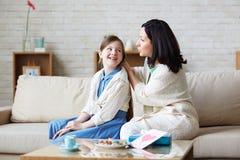 El hablar con la madre Foto de archivo libre de regalías