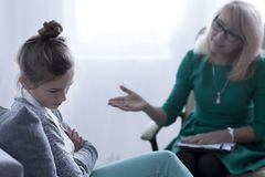El hablar con la muchacha Imagenes de archivo