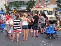 El hablar con los amigos en el festival de la calle del verano en Washington DC imagen de archivo