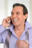 El hablar con sus amados. Preparación madura alegre del hombre de negocios Fotografía de archivo libre de regalías