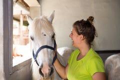 El hablar con un caballo Fotos de archivo libres de regalías