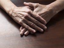 El hablar da el concepto para las manos planas femeninas cruzadas Fotos de archivo