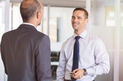 El hablar de dos hombres de negocios fotos de archivo