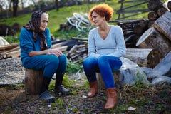 El hablar de la madre y de la hija al aire libre Foto de archivo