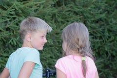 El hablar de la muchacha y del muchacho Imagen de archivo