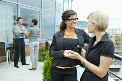 El hablar de las empresarias al aire libre Foto de archivo