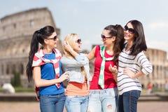 El hablar de los adolescentes felices o de las mujeres jovenes Imágenes de archivo libres de regalías