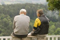 El hablar de los viejos hombres Foto de archivo libre de regalías