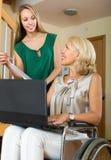 El hablar del agente y de la mujer discapacitada Imagen de archivo libre de regalías
