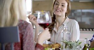 El hablar del detalle de la mujer del pelirrojo Cuatro amigos sinceros reales felices gozan el almorzar o cena juntos en casa o r almacen de metraje de vídeo