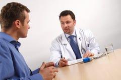 el hablar del doctor del nad del paciente fotos de archivo