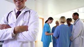 El hablar del equipo médico almacen de metraje de vídeo