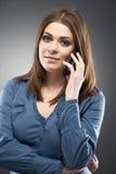 El hablar del teléfono celular de la mujer Fotografía de archivo