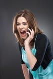 El hablar del teléfono celular de la mujer Imagenes de archivo