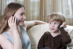 El hablar del teléfono de la familia Foto de archivo libre de regalías