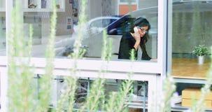 El hablar ejecutivo femenino en el teléfono móvil