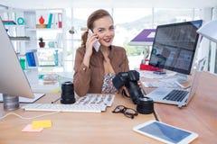 El hablar ejecutivo femenino en el teléfono móvil en oficina Imágenes de archivo libres de regalías