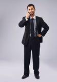 El hablar ejecutivo joven en el teléfono fotos de archivo libres de regalías