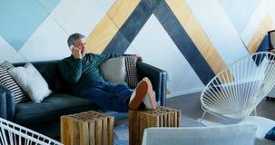 El hablar ejecutivo masculino en el teléfono móvil 4k almacen de metraje de vídeo