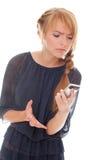 El hablar emocional de la mujer joven en el teléfono celular Imagenes de archivo