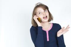 El hablar emocional de la niña en el teléfono móvil Imagen de archivo libre de regalías