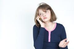 El hablar emocional de la niña en el teléfono móvil Foto de archivo
