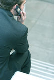 El hablar en el teléfono imagen de archivo