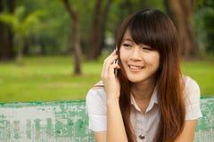 El hablar en el teléfono móvil Imagen de archivo libre de regalías