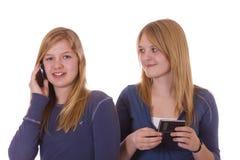 El hablar en los teléfonos celulares Fotos de archivo