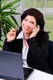 El hablar en un teléfono celular Fotos de archivo