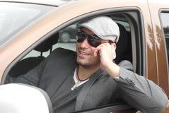 El hablar feliz del conductor del hombre de negocios Imágenes de archivo libres de regalías
