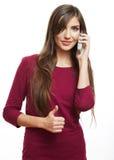 El hablar feliz del teléfono móvil de la mujer de la sonrisa Fotos de archivo