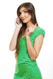 El hablar feliz del teléfono móvil de la mujer de la sonrisa Imagen de archivo libre de regalías